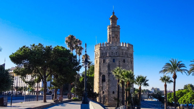 Torre del Oro. Один из символов города, башня высотой 36 метров, внутри - маленький морской музей