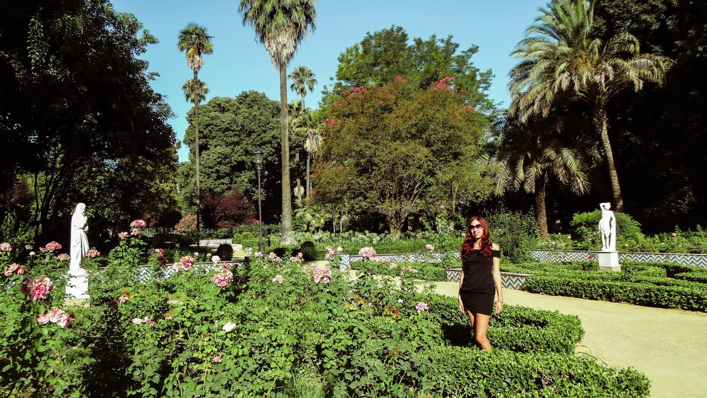 В парке очень много фонтанчиков и лавочек, а еще есть розарий