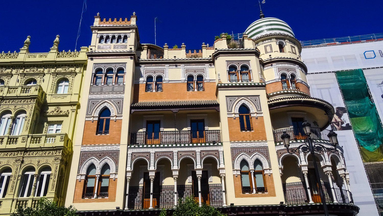 Edificio La Adriatica построено в первой четверти XX века по проекту José Espiau y Muñoz