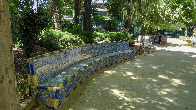 Длинная скамейка в парке