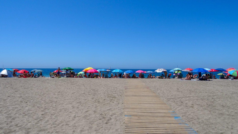Пляж! Широченный, но всем, конечно, поближе к воде лежать хочется