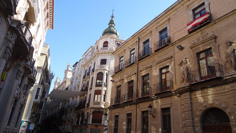 Справа - дворец Альмодевар, построенный в XVII веке и реконструированный в начале XX. Не самая впечатляющая постройка (дом Серда, расположенный напротив, намного интереснее, как мне кажется), но есть у него одна деталь...
