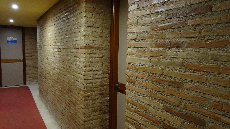 В отеле. Конечно, это не древние стены, но в городе, где на каждом шагу - отголоски прошлых веков, приятно ходить мимо каменных, а не пластиковых или отштукатуренных стен