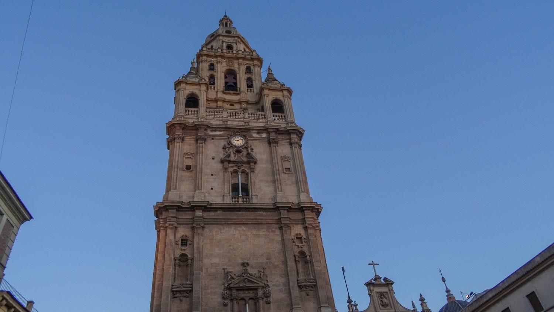 Высота колокольни - 93 метра (98 вместе с флюгером), она видна из многих точек города
