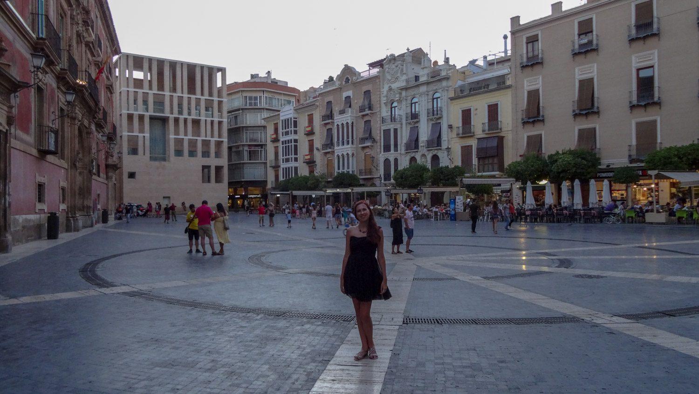 Plaza Cardenal Belluga. Площадь напротив Кафедрального собора. Можно полюбоваться зданиями вокруг или отдохнуть в одно из кафе