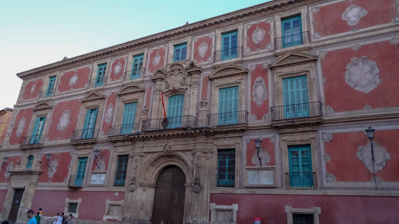 Епископский дворец, построенный аж в XVII веке. Видно, что здание очень старое