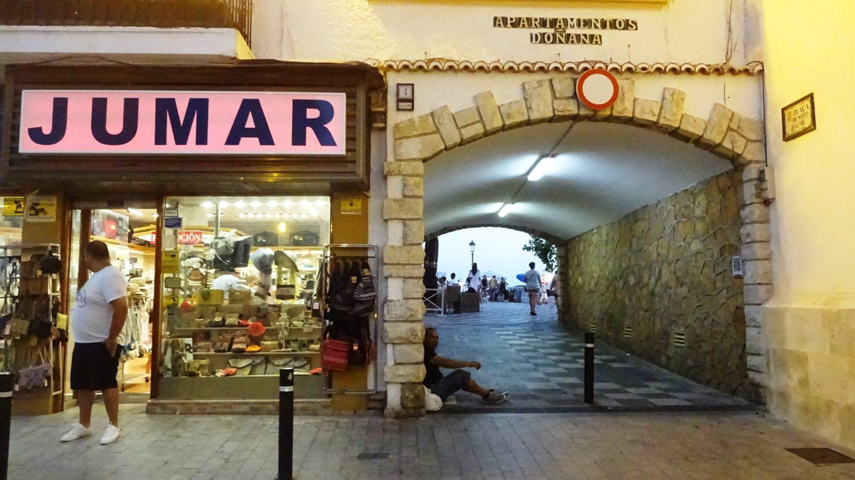 Проходим под аркой и оказываемся на площади с церковью, ресторанами, кафе и выходом к Балкону Средиземноморья