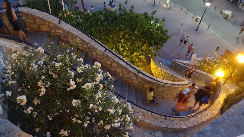 А эта лестница открыта всегда, она ведет от площади Santa Ana к променаду пляжа Поньенте