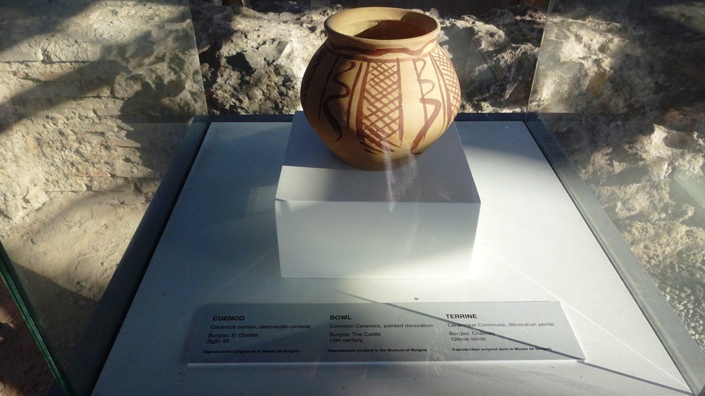 Копии найденных неподалеку древних предметов быта и искусства