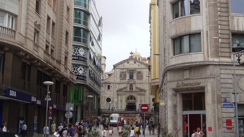 Улочки с современными магазинами и старая архитектура