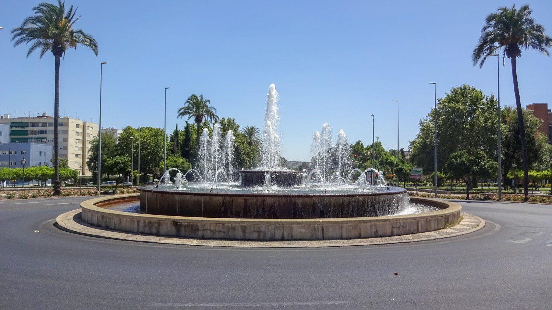 Большой фонтан на дороге
