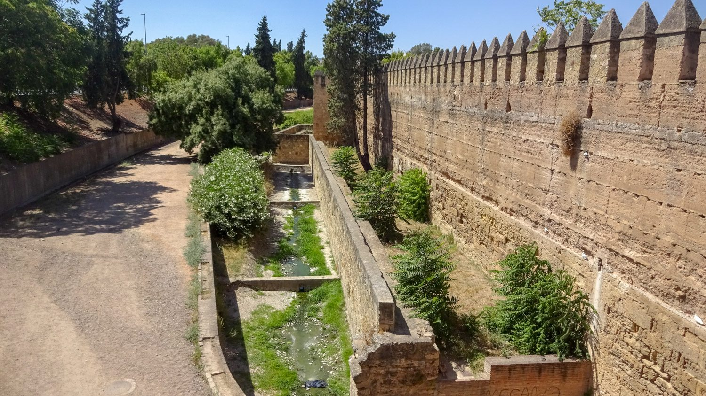 Древние стены в экологическом парке Sotos de Albolafia