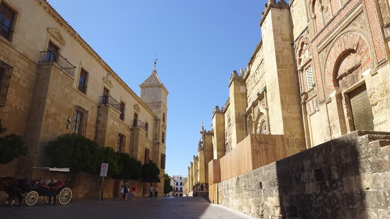 Справа - Мескита (Мечеть-собор)
