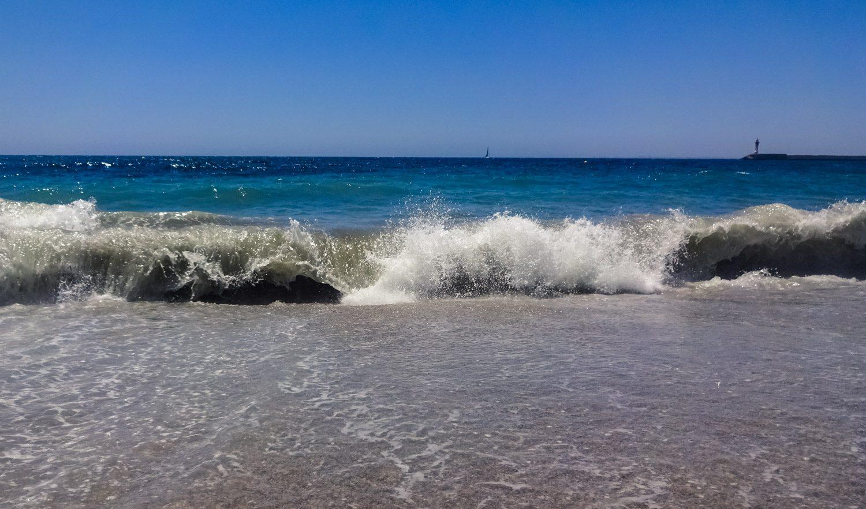 Волны здесь иногда немаленькие, прыгать в них весело, а вот выходить нужно аккуратно
