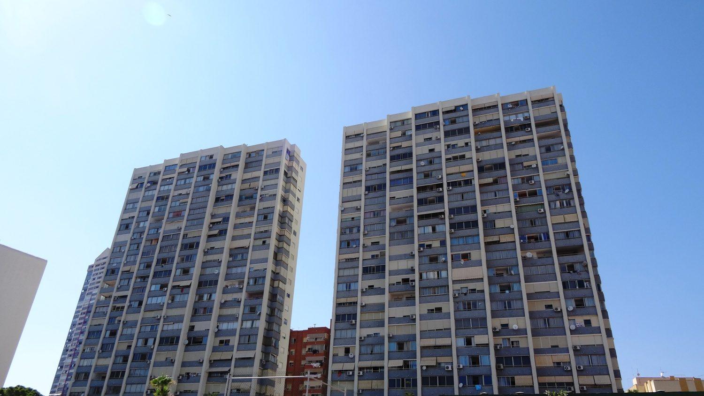 В большинстве испанских городков-курортов дома максимум по несколько этажей. Встречаются отели этажей на 15, но редко. А в Бенидорме высоток много, Википедия говорит, что еще и 8 настоящих небоскребов есть!
