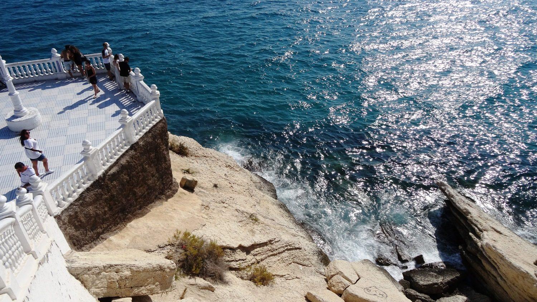 Волны с шумом разбиваются о скалу