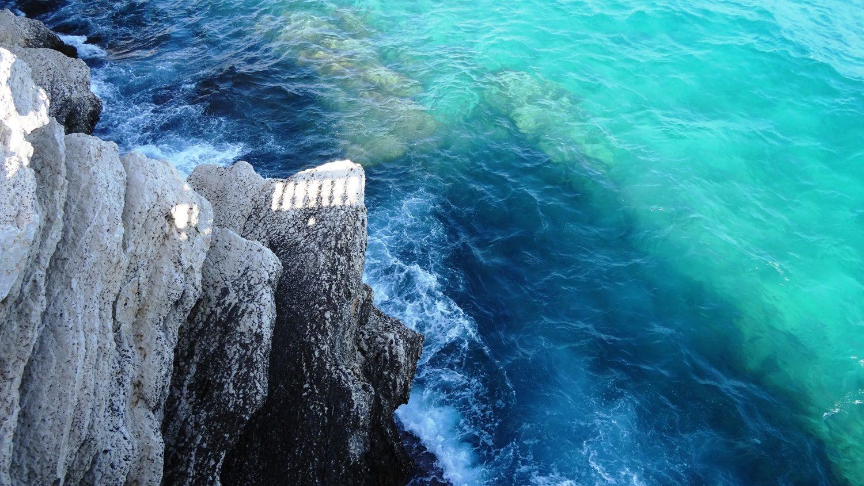 Кажется, что на эту воду можно смотреть бесконечно! Цвет... Шум волн, разбивающихся о скалу!..