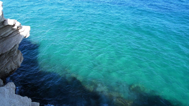 Сверху видно воду невероятного цвета