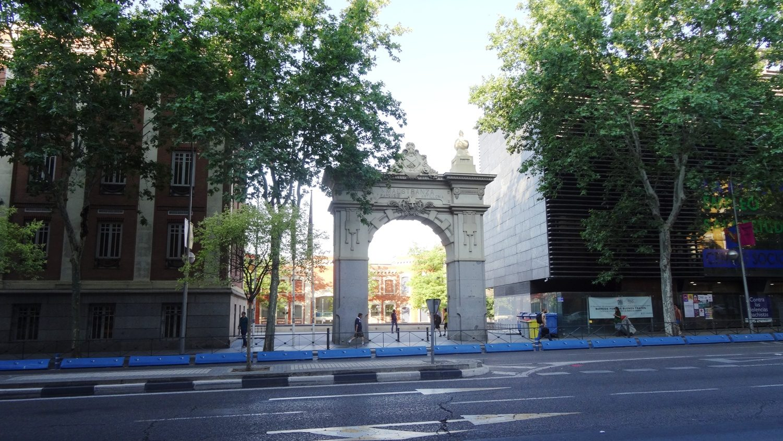 Люблю Мадрид за множество арок и ворот. Идешь себе - и вдруг такая красота