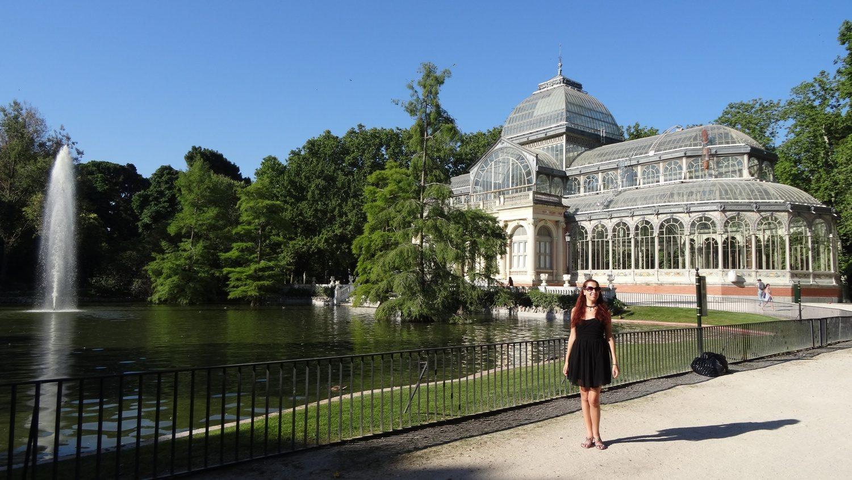 На фоне Стеклянного дворца