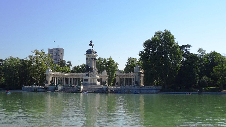 Большой пруд в парке, можно даже на лодках покататься