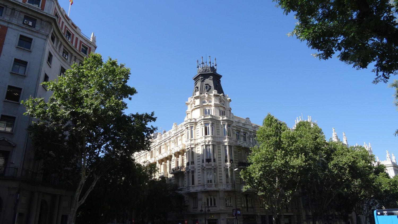 Когда потрясающие здания сочетаются с голубым небом и зеленой листвой...