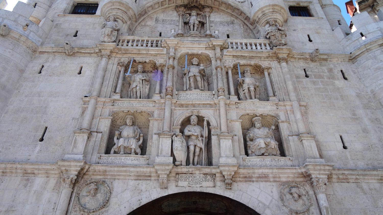 На арке изображены исторические личности, например, основатель Бургоса Диего Порселос (в центре снизу)