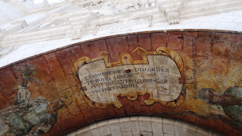 На сводах арки - роспись и текст