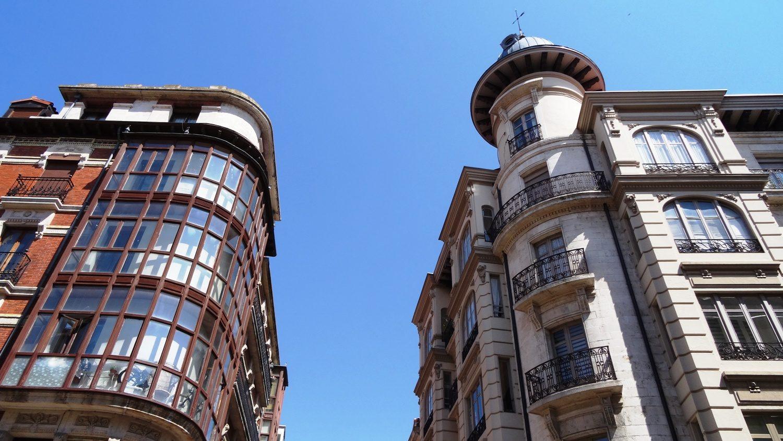 В городе довольно много домов со скругленными углами и башнями