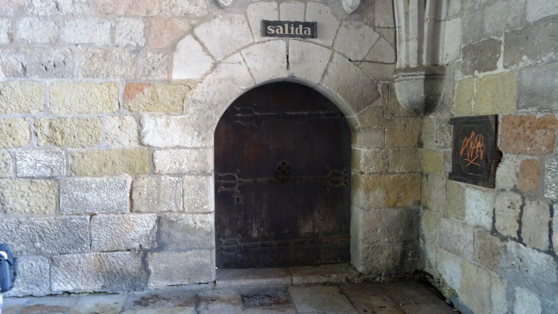 Не пропустите дверь, которая ведет внутрь (это выход, вход такой же, только открыт)