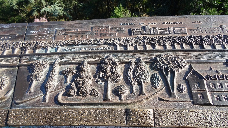 На ограждениях смотровой площадки - металлические таблички с гравюрами, рассказывающими историю крепости и города