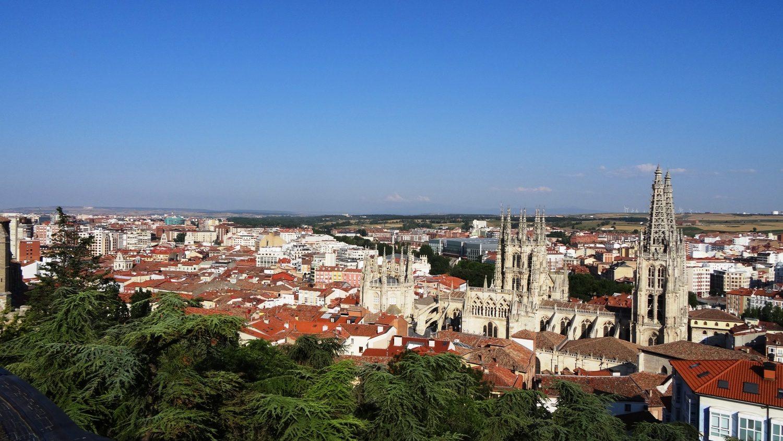 Вид на город напоминает Португалию, наверное, сказывается количество черепицы