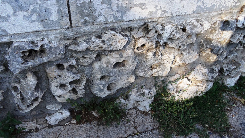 Вот из такого камня сложена часть стены старой крепости Бургоса