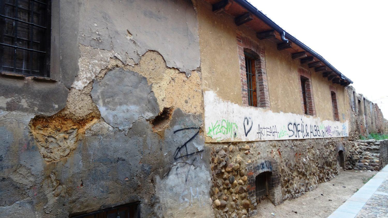 На улице Cercas сохранились вот такие дома... Даже не знаю, сколько раз их перестраивали... Но удивительно, что не снесли