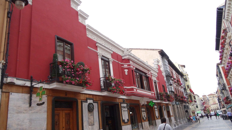 Широкая улица (calle Ancha) с цветочками и кафе