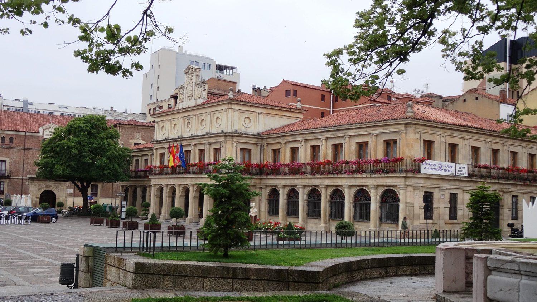 В историческом центре можно снимать каждый дом! Это старая мэрия (Viejo Ayuntamiento)