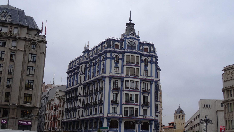 Ракурс подкачал, а дом на площади Santo Domingo очень красивый