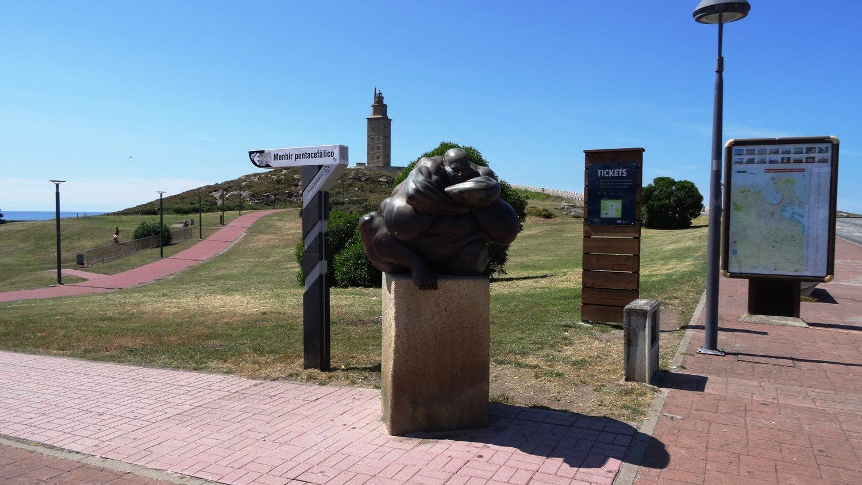 Перед дорогой к башне находится вот такая скульптура и билетный офис