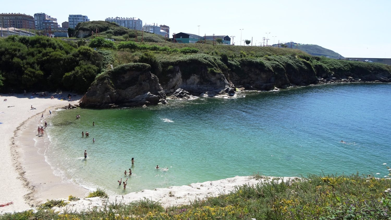 Пляж Лапас в уютной зеленой бухте