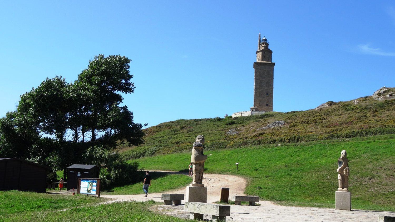 Особую прелесть этому местечку придают необычные скульптуры (имитация античных)