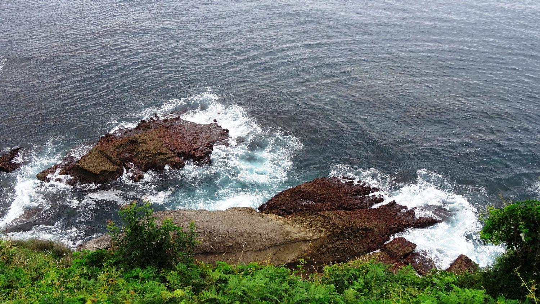 Люблю смотреть, как волны разбиваются о камни