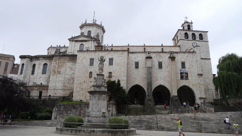Собор достроен в XIV веке, сейчас в нем хранятся мощи святых Эметерия и Селедония