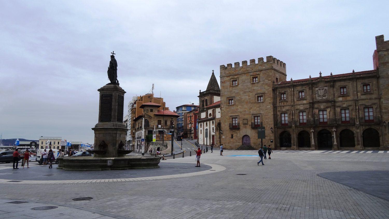 Памятник Пелайо - королю Астурии, который правил здесь еще в VIII веке!