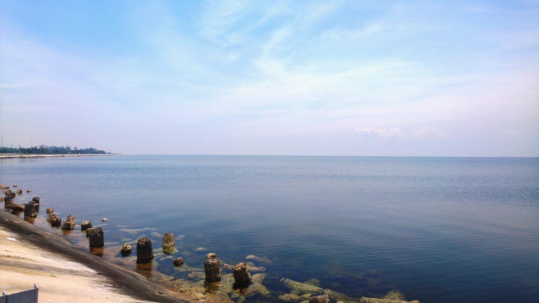 Это не пляж, это выход на другую сторону узкой полосы полуострова