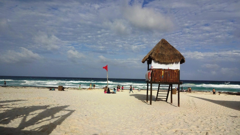 Классная спасательная вышка, которая не портит общий облик пляжа (Канкун, Мексика)