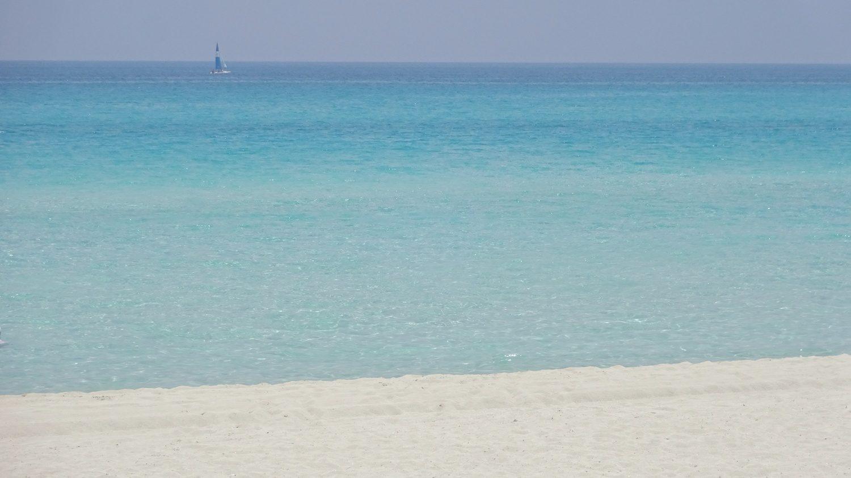 Пустое побережье в Варадеро (Куба)