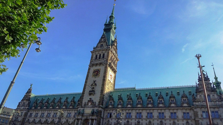 Ратуша. Нарядная и огромная, в кадр входит с трудом. Башня - больше 100 метров, здание шикарно декорировано, а еще можно зайти внутрь