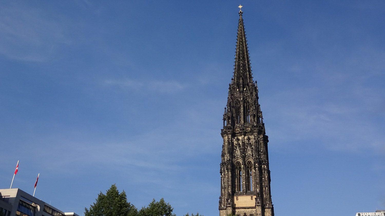 St Nikolai Memorial. Частично разрушенная во время Второй мировой войны церковь оставлена как напоминание об ужасах и жертвах этого времени. За 5 евро можно подняться на скоростном лифте и полюбоваться Гамбургом сверху