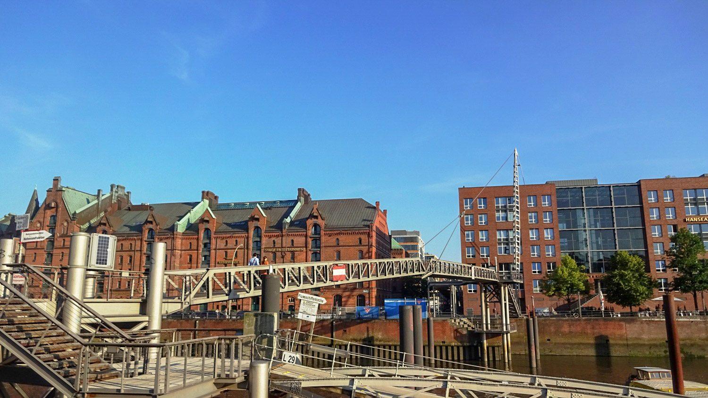 Дома из красного кирпича, множество каналов и мостов