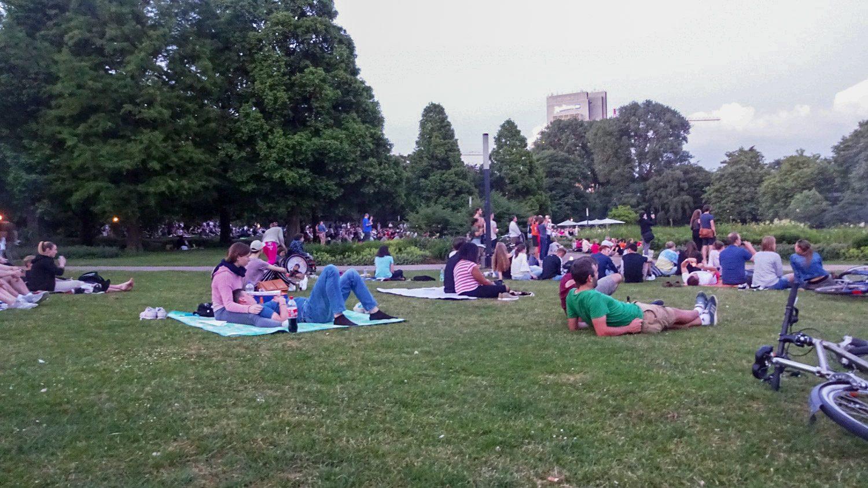 Вокруг фонтанов - огромный газон. Многие сидят на пледах, кто-то даже на раскладных стульях... Классно!